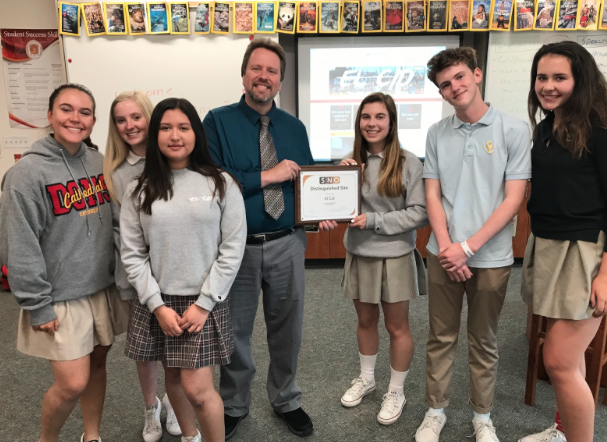 Dean of Academics Mr. Jeff McMurtry presents the El Cid staff with the SNO Distinguished Site plaque Monday after a lunch meeting to introduce new Journalism 1 students to the class.